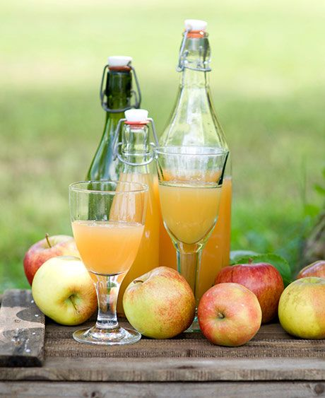 Har du æbler i overskud, så prøv at lave din egen hjemmelavede æblesaft ...