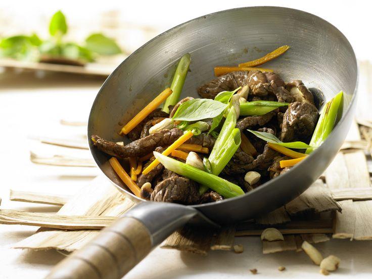 Aromareiche und sättigende Anregung aus Asien. Rindfleisch-Shiitake-Wok - mit Möhren und Thai-Basilikum - smarter - Kalorien: 398 Kcal - Zeit: 35 Min.   eatsmarter.de