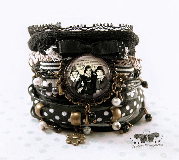 Bracelet manchette °Les commères 1900° noir, blanc, bronze, tissu pois, dentelle, breloques, femmes retro : Bracelet par tendres-moments