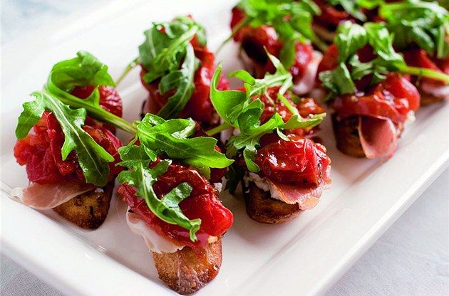 Bruschetty s parmskou šunkou a sušenými rajčaty.