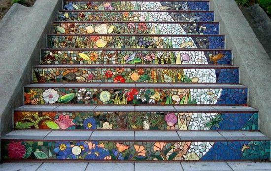 Сложные мозаичные рисунки, выложенные на обычной бетонной лестнице, делают ее настоящим произведением искусства
