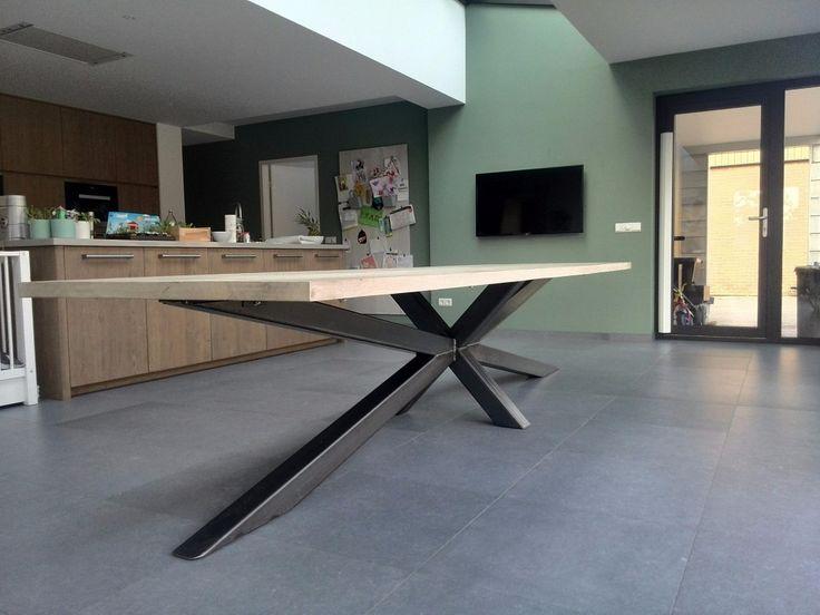Wij specialiseren ons in het maken van tafels op maat. Voor een tafel op maat passen we verschillende stijlen, technieken en materialen toe.