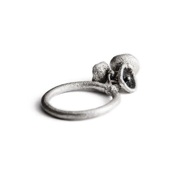 Uit een fijn zilveren basisringetje groeien 3 bloemen van verschillende grootte (zilver/zwart zilver), from the jewellery label JUWEELTJES