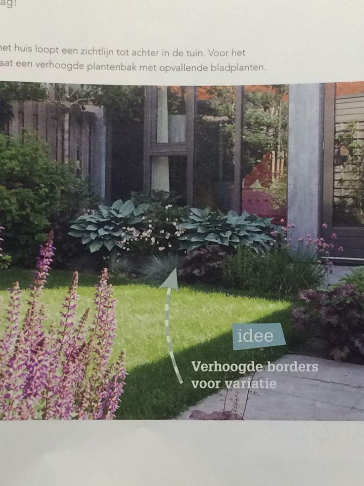 Uit home and garden. Leuk idee zo'n verhoogde border met mooie planten als afscheiding tussen terras en gazon.
