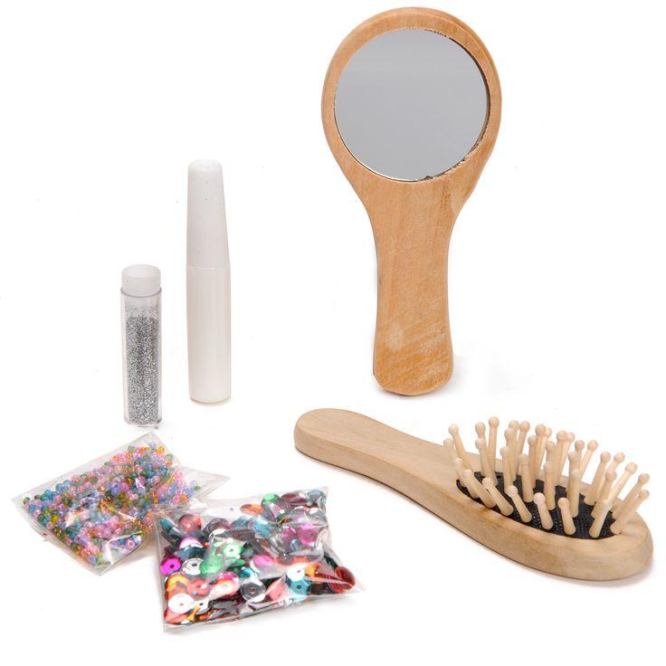 Versier je eigen houten beautyset! Plak er glitters, pailletten, steentjes en kraaltjes op. Gebruik de spiegel en de borstel om je haar mooi te maken. De set bestaat uit een spiegel, haarborstel, glitters, lijm, en zakjes met pailletten kraaltjes en steentjes.
