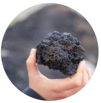 Piatra Ponce Naturala, este produsul final al unei forte naturale uimitoare, vulcanii. Este o roca vulcanica foarte poroasa si foarte usoara, avand o densitate mica, frecvent subunitara, ceea ce ii permite in acest caz sa poata pluti pe suprafata apei. Ia nastere prin racirea rapida a lavei iesite la suprafata. Poate avea culori de la alb la cenusiu deschis si chiar negru. Toata lumea o cunoaste si mai mult decat atat: a folosit-o cel putin o data!