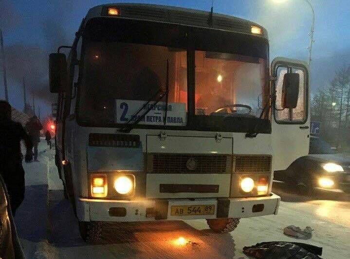Утром 8 февраля в Салехарде произошло возгорание в салоне пассажирского автобуса «ПАЗ», выполнявшего рейс по маршруту №2.   Как сообщили в МЧС России по ЯНАО – причиной стало короткое замыкание в двигательном отсеке. В «пазике» находилось 12 человек. Никто не пострадал. Огонь удалось потушить еще до прибытия экстренных служб.  Источник: ВестиЯмал