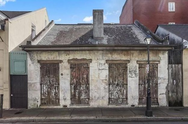 This crappy-looking place is in the French Quarter of New Orleans.   9 Ordinary-Looking Houses That Will Surprise You With What's Inside