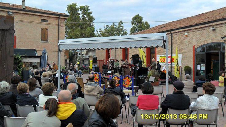 le canzoni emozionano il cuore del pubblico, durante il concerto di Iskra Menarini