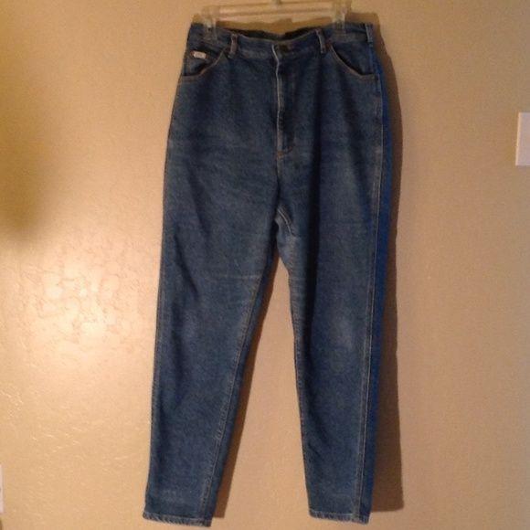 Ladies Lee's jeans Lee denim jeans. Medium wash. Inseam 30 inches. Good condition. Lee Jeans