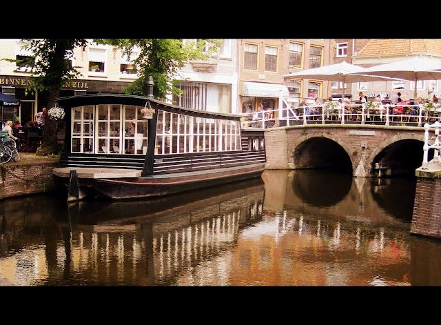 Alkmaar, Netherlands De bloemenschuit bij de platte stenen brug