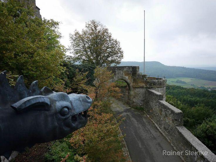 Die Giechburg in der Fränkischen Schweiz.  Oberhalb von Scheßlitz liegt die Ruine der Burg Giech meist Giechburg genannt. Das Plateau auf dem heute noch die mächtigen Mauern der Burg zu finden sind wird schon seit 2500 Jahren besiedelt.  Beim Bau einer Wasserleitung 1983 fand man zwischen Scheßlitz und Demmelsdorf das Grab einer keltischen Fürstin aus der späten Hallstattzeit. Bestattet wurde sie auf einem Wagen von dem eiserne Radfelgen und Bronzebeschläge gefunden wurden. Schmuckstücke aus…
