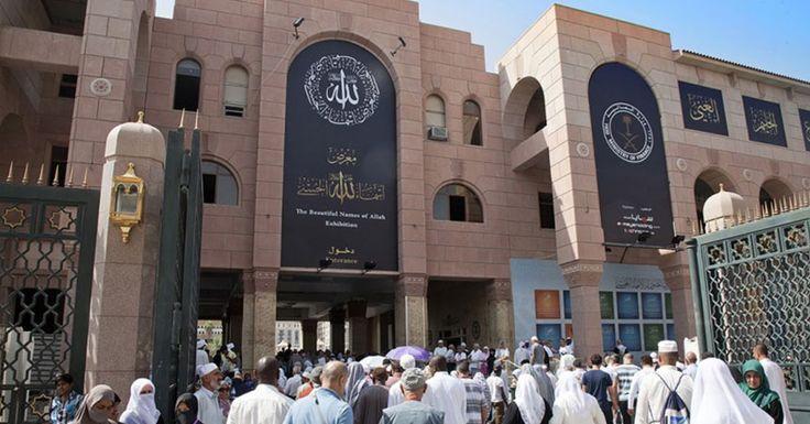 """Museum Asma'ul Husna atau tertera di brosurnya  sebagai """"The Beautiful Names of  Allah Exhibition"""" ini berdekatan dengan pintu gerbang no.13 Masjid Nabawi atau sebelah barat masjid. Waktu bukanya jam 09.00 – 14.00 dan 16.00 – 21.00 malam."""