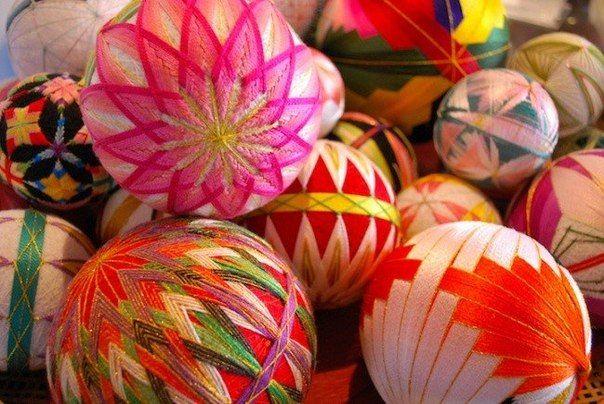 Древнее искусство «тэмари»  Эти потрясающие разноцветные шары сшиты 92-летней бабушкой из Японии.  #Abbigli #хендмейд #подарки #рукоделие #хобби #креатив #handmade #идея #вдохновение  #япония #пряжа #тэмари