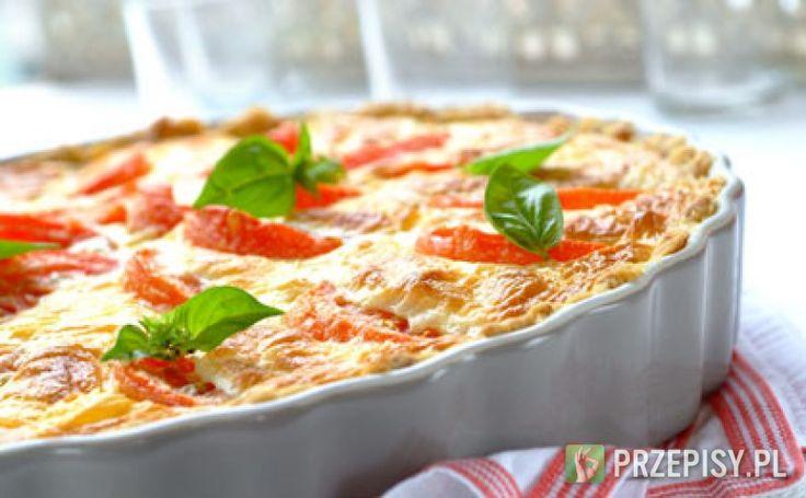 Formę do tarty wyłóż ciastem francuskim, ponakłuwaj widelcem i zapiecz w nagrzanym do 200 st. C piekarniku przez 8-10 minut. W kielichu blendera zmiksuj śmietanę z jajkami. Dopraw delikatem Knorr oraz pieprzem. Pomidory pokrój w ósemki a ser w plastry. Cząstki pomidora ułóż na zapieczonym spodzie. Poprzykrywaj plastrami mozzarelli, całość zalej przygotowaną śmietaną. Wypełnioną formę wstaw do nagrzanego do 180 st. C piekarnika i zapiekaj 45 minut. Przed podaniem udekoruj listkami bazylii…