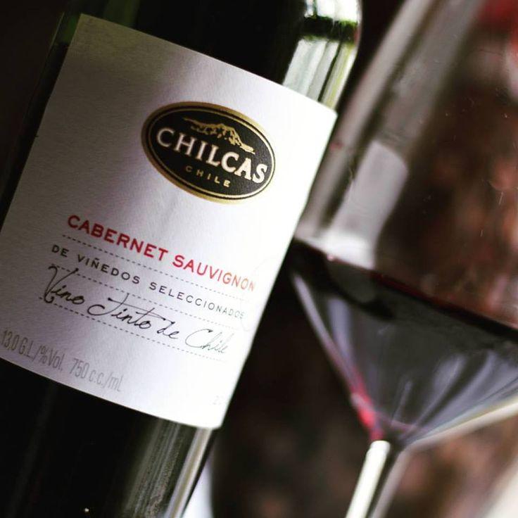 Chilcas Cabernet Sauvignon 2015. Este jovem Cabernet Sauvignon chileno apresenta-se brilhante e rubi, belo. É aromático com predominância de frutas vermelhas. Na boca redondo, muito fácil de beber. Nós harmonizamos com ravioli de mussarela de búfala ao molho napolitano. Mas iria muito bem com uma pizza.   Compre em: 👉 https://vivaovinho.shop/ #vinho #vivaovinhoshop #vendadevinhos #dicasdevinhos #fotooficialvov #chile #vinhochileno #cabernetsauvignon…