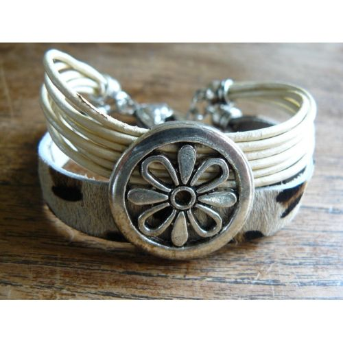 Leather bracelet with round flower ornament, very KEK!