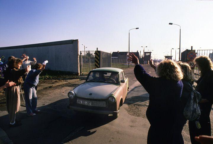 Chris Niedenthal   Mieszkańcy Zachodniego Berlina witają mieszkańców Wschodniego Berlina przejeżdżających przez do niedawna nieprzekraczalną granicę (tu przy NRD-owskim lotnisku Schoenefeld)