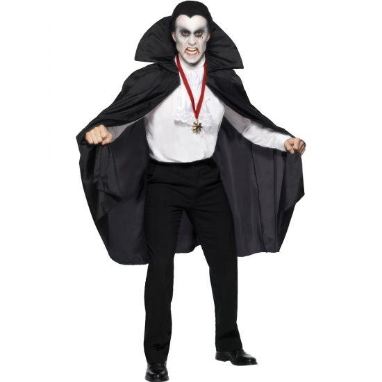 Zwarte vampier cape voor volwassenen. Zwarte vampier cape met opstaande kraag. De accessoires worden niet mee geleverd maar zijn wel los verkrijgbaar. Maat: one size, fits all.
