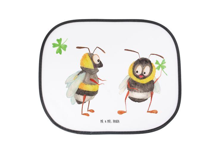 """Auto Sonnenschutz Hummeln mit Kleeblatt aus Kunstfaser  Natur - Das Original von Mr. & Mrs. Panda.  Der einzigartige Sonnenschutz von Mr. & Mrs. Panda ist wirklich etwas ganz Besonderes - er hat die Größe 38x44 cm und wird mit zwei Saugnäpfen ausgeliefert. Im Lieferumfang ist ein Sonnenschutz inkl. 2 Saugnäpfen enthalten.    Über unser Motiv Hummeln mit Kleeblatt  Unsere beiden süßen Hummeln sind aus unserer """"Small World"""" - Kollektion.    Verwendete Materialien  Die verwendete sehr…"""