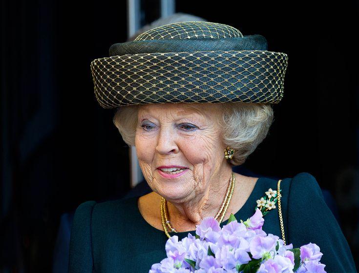 December is een maand om vooruit te blikken, maar ook terugblikken doen we graag. Op bijzondere koninklijke mode bijvoorbeeld. Vandaag in de spotlights: de hoeden van prinses Beatrix, die in 2015 vijftien keer met een hoed op de rode loper verscheen.