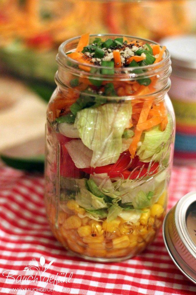Salat To Go mit Cashew-Joghurt Dressing + gerösteten Chia-Samen
