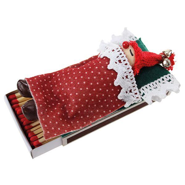 Veikeä tulitikkuaski, jossa tonttu nukkuu huovasta tehdyllä pedillä.