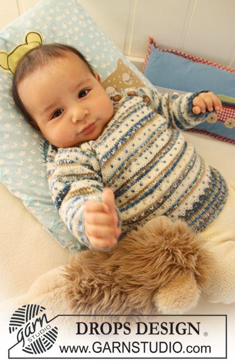 """Gebreide DROPS trui met strepen, stippen en raglan, broek en sokken van """"Fabel"""". ~ DROPS Design"""
