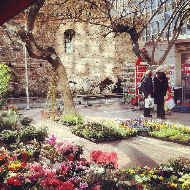 Louloudadika area (Flower shops) is located behind Yahoudi Hamam. (Walking Thessaloniki - Route 01, Port)