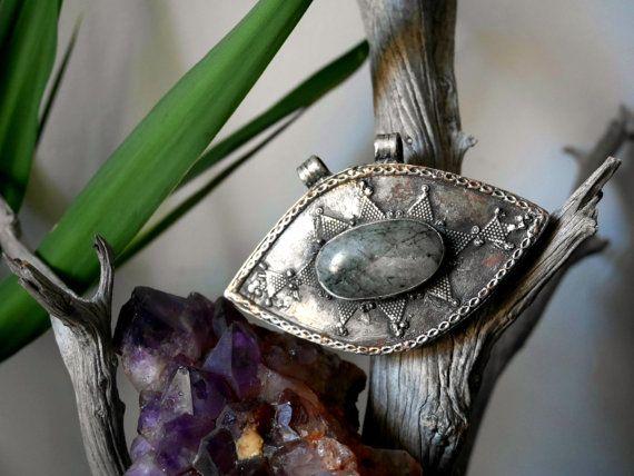 Pendentif Turkmène motifs tribaux et quartz par Carvanserail
