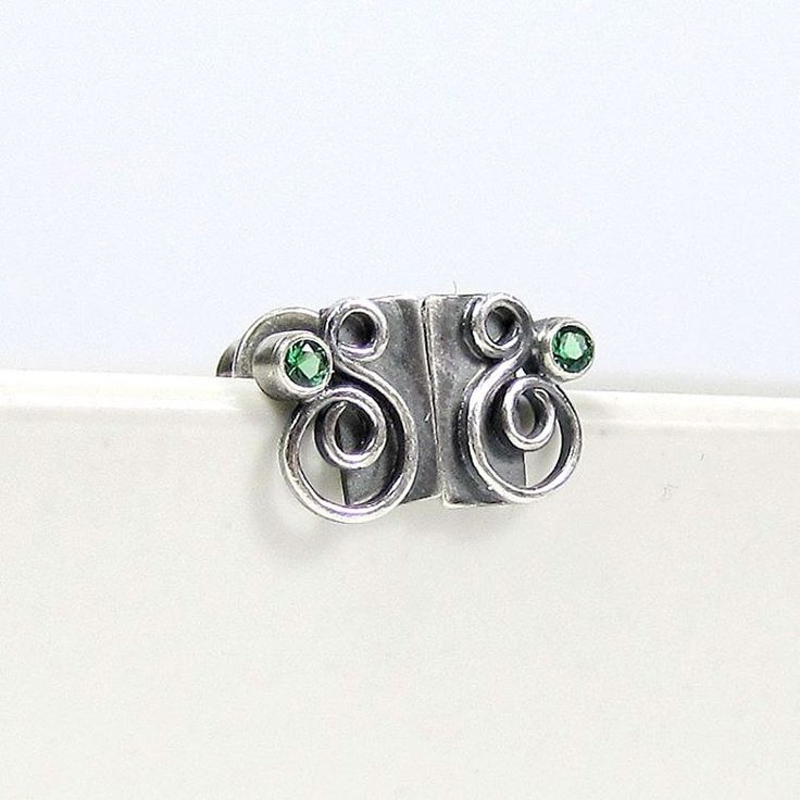 For some time I will continue the series of small earrings, so there are another little pins with synthetic emerald. #littleearrings #silverjewelry #silverpins #studearrings #swirls #srebrnekolczyki #sztyfty #bizuteriaautorska