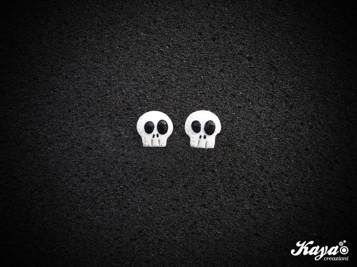 Orecchini Teschio - fimo Skull earrings - polymer clay  #teschio #teschi #skull #skulls #horror #fear #paura #blackandwhite #biancoenero #skullinspiration #clay #fimo  Kaya Creazioni http://www.facebook.com/KayaCreazioni