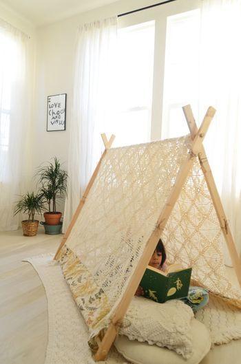 子供部屋にも作ってあげたいレースのテント。木枠を作るか、布団干しがあればできそうですよね。光を透過するので読書スペースにも♪ もっと見る