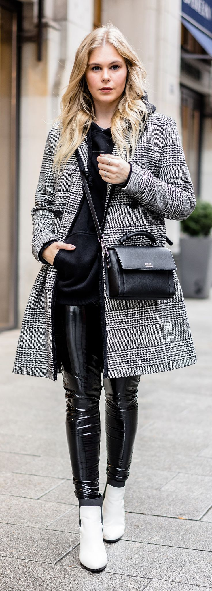 Outfit: Checked Coat, Vinyl Pants & White Boots – Fashion Blog – Sunnyinga