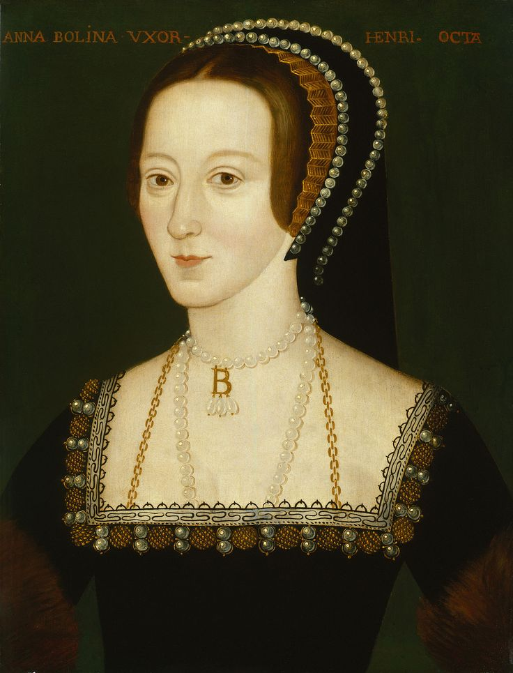 16~17世紀テューダー朝貴族女性。アン・ブーリン。 FrenchHood(フレンチフード)=女性の髪飾り。16~17世紀西ヨーロッパ。 フレンチフードは丸みを帯びた形状が特徴であるフード。髪形の上に着用され、背面に黒いベールが取り付けらている。着用時オデコは常時見えていた。 ヘンリー8世の2番目の妻であるアン・ブーリンがフランスから持ち帰り、イギリスに導入された(アンは新興富裕階級の純粋なイングランド人だが、フランスで教育を受けフランス宮廷に仕えていた)。 アンの死後、フレンチフードは後妻ジェーン・シーモアによって拒否・廃止されGableHoodへと変遷を遂げたが、ジェーンの死後、再びフレンチフードに戻った。 アン・ブーリン - Wikipedia
