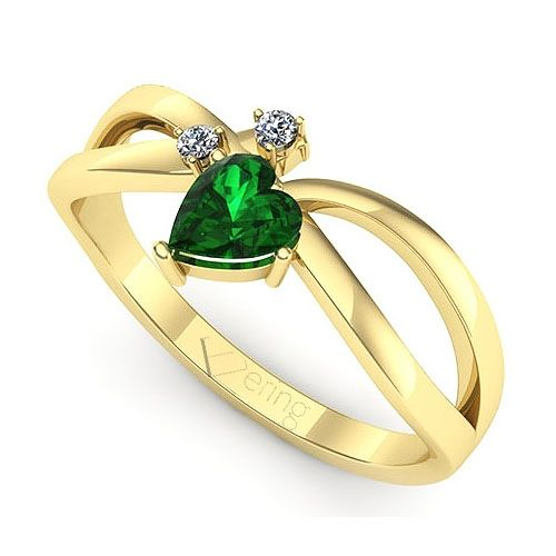 Inel de logodna realizat din aur galben, cu smarald si doua diamante. Il gasesti la reducere!