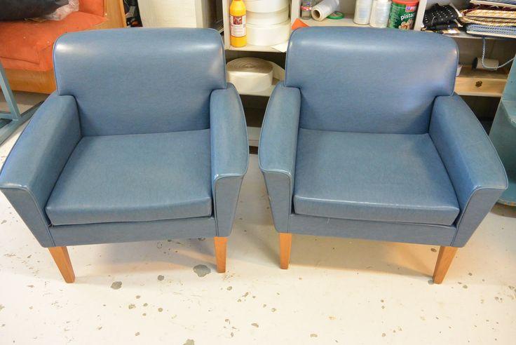 MYYDÄÄN 50-luvun keinonahkaiset tuolit  , tuolit ovat uudelleen vehoiltuna vaalean siniharmaalla puuvilla /pellavakankaalla ja pehmusteet uusittu, kuva löytyy samasta osioista.