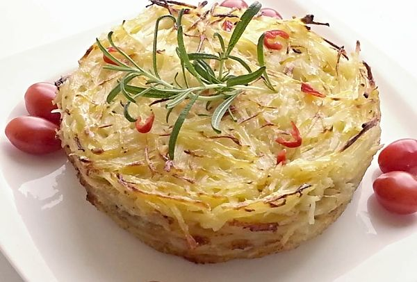 Gratinované bramborové nudličky s česnekem, rozmarýnem a šlehačkou
