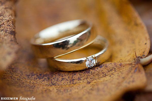trouwring bruid en trouwring bruidegom op een blad. bruidsfotograaf, bruidsfotografie, trouwreportage, trouwfoto, bruidsreportage, huwelijksfotograaf, trouwfotograaf   http://www.rikkemienfotografie.nl/