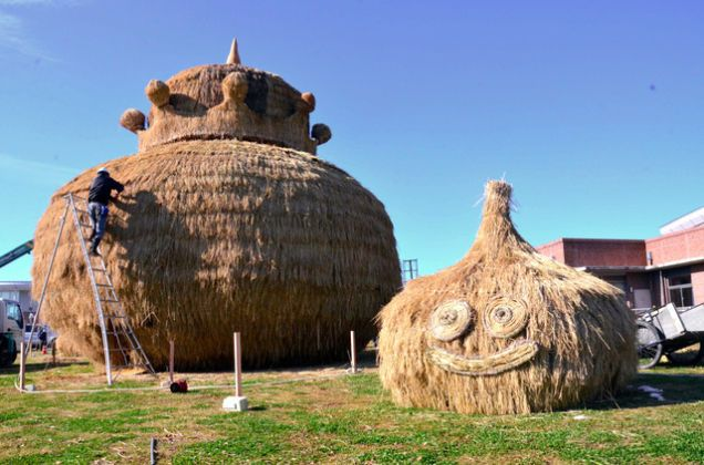 The latest rice-straw sculptures to go up in Japan are these Dragon Quest Slimes.