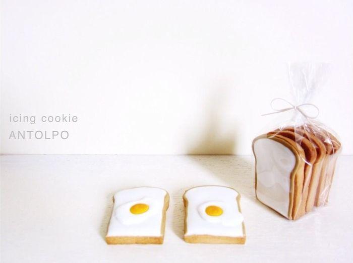 トーストと目玉焼きの質感が秀逸! 袋に入った食パンの束なんて素晴らしいですね。 小倉さんのアイデアに脱帽です!