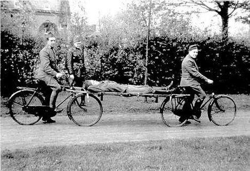 Ziekendragers op ee fiets in 1939