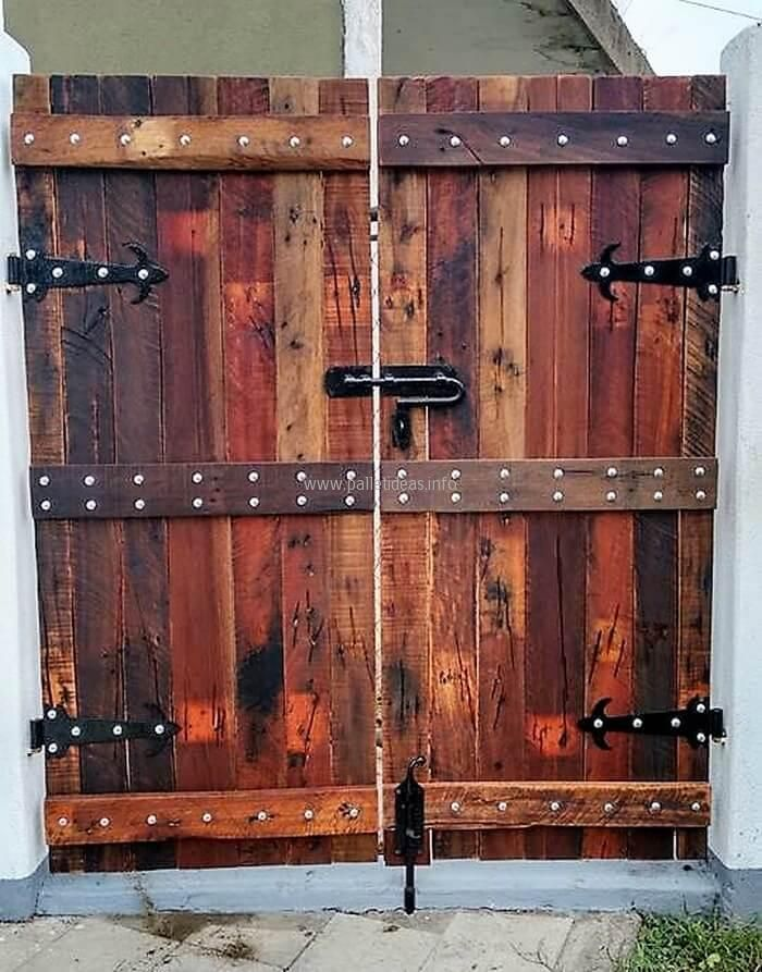 There are less people who will prefer to create a gate at home with their own hands using the pallets, but we are sure that it will look awesome and will show the creativity of the person. The pallets are painted with dark color to make the gate look great.