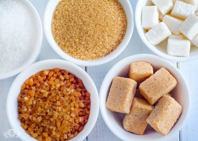 САХАР КОРИЧНЕВЫЙ Это тростниковый нерафинированный сахар.  Коричневый сахар состоит из кристаллов сахара, покрытых тростниковой мелассой с естественным ароматом и цветом. Производится увариванием сахарного сиропа по специальной технологии. Существует большое количество разновидностей коричневого сахара, которые различаются между собой главным образом по количеству содержащейся патоки мелассы. Тёмный тростниковый сахар имеет более интенсивный цвет и более сильный аромат патоки, чем светлый…
