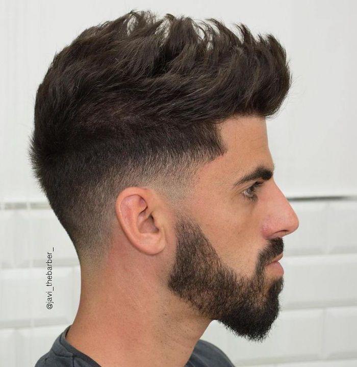 Coupe de cheveux tires en arriere homme
