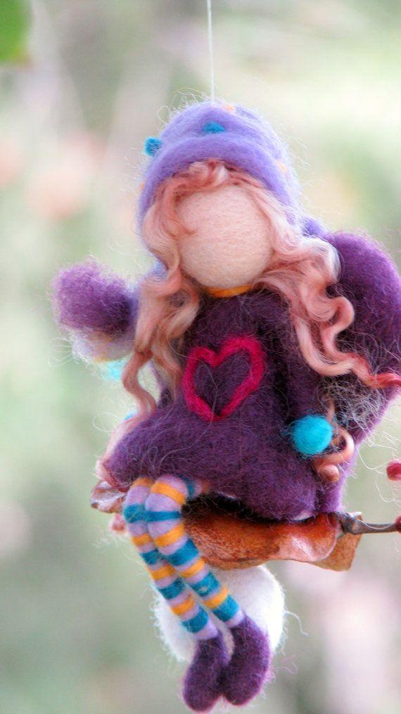 HECHO A LA MEDIDA  Me encanta combinar la lana con la naturaleza. Estos pequeños adornos de hadas son mis creaciones favoritas. Cada uno de ellos tiene su propia personalidad, no pueden haber dos del mismo.  Esta pequeña hada de la Navidad (el hada es de 16 cm, 6) se encuentra en una semilla, con estrellas.  Además un poco de magia. Me encantaría dar como regalos para mis amigos y sus hijos. Son de fieltro de aguja, Waldorf inspirado en muñecas. Adorno de fieltro  Eres Bienvenido a mi tienda…