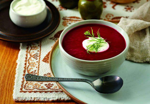 Bortsch Les ingrédients : 400 g de bœuf dans le gîte – 1 betterave crue – 300 g de carottes – 300 g de navets – 1 cœur de chou blanc – 2 oignons piqués chacun d'1 clou de girofle – 2 gousses d'ail – 100 ml de crème épaisse 15% MG – 1 cuil à café de vinaigre – sel – poivre La recette : Dans une cocotte minute, faire bouillir 2 litres d'eau. Y Plonger la viande en petits morceaux, la betterave râpée, les autres légumes et les aromates émincés. Saler et poivrer. Fermer la cocotte et laisser…