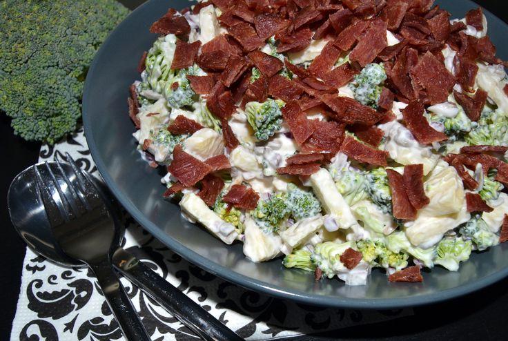 Min bedste opskrift på verdens bedste broccolisalat - i hvert fald herhjemme hos os - og den er selvfølgelig fyldt med broccoli, bacon og lækker dressing.