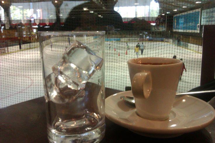 Vistas de la pista de hielo... excelente café! Majadahonda.
