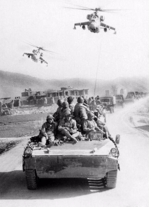 A column of Soviet soldiers accompanied by 2 Mi-24P. Afghanistan, 18 August 1982.